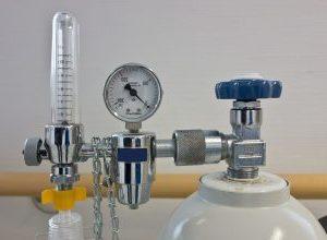 Pressure regulator with oxygen bottle